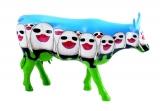 Kráva zírající dav
